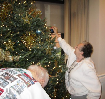 Gallery Image tree_decorating-203.jpg
