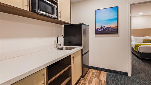 EXECUTIVE QUEEN SUITE KITCHENETTE