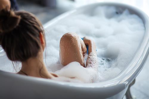 Gallery Image manos_soap_woman_bathtub_01.jpg