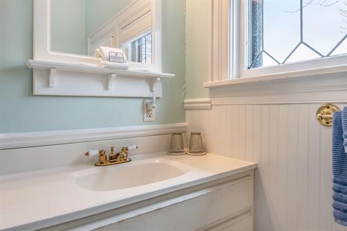 Gallery Image Lamplighter-BNB-Cassatt-Room-Bathroom-Mirror-and-Sink.jpg