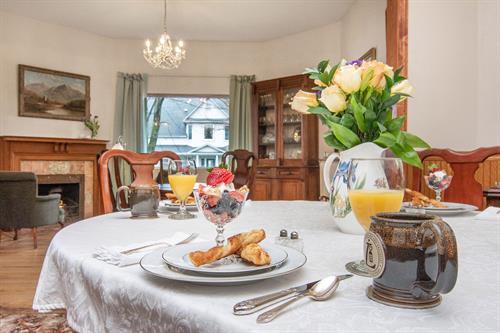 Gallery Image Lamplighter-BNB-Dining-Room-Table.jpg
