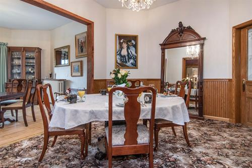 Gallery Image Lamplighter-BNB-Dining-Room.jpg