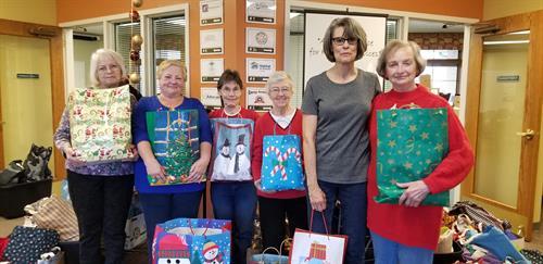 Gallery Image Holiday_Bags_2018_Volunteers_2.jpg