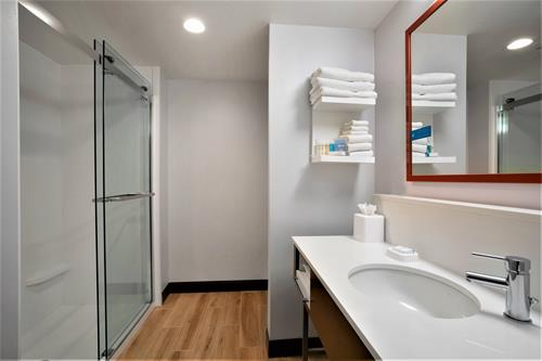 Gallery Image LGUDAHX_NKRU_Bathroom_with_shower_edited.jpg