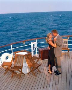 Gallery Image cruise-couple-dancing.jpg