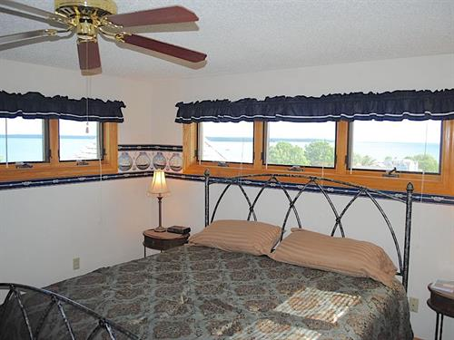 "The Pilot House ""Crow's Nest"" Sleeps 2. King Bed. Private Bathroom Suite, Upper Level. Great views!"