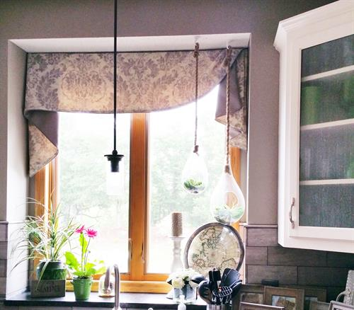 Asymmetrical Moreland valance over a kitchen sink window