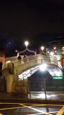 Ha'Penny Bridge in Dublin by night