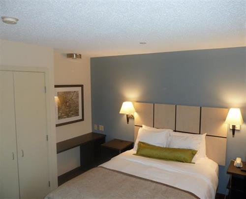 One Bedroom Suite Private queen size bedroom