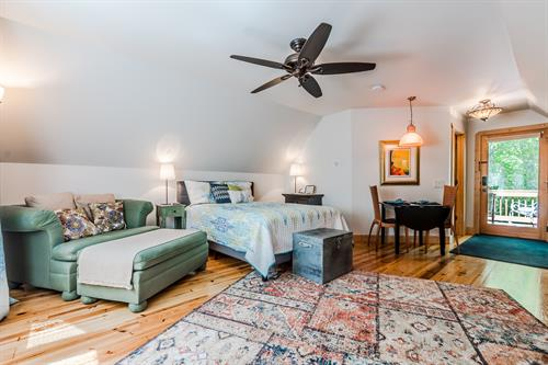 Carriage House Hideout - One Bedroom