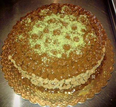 Pistachio cake with dulce de leche