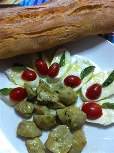 Appetizer Platter: mozzarella, cherry tomatoes and hearts of artichokes.