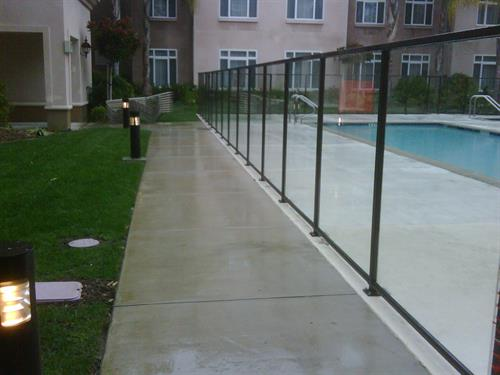 Gallery Image ALUMINUM_GLASS_FENCING_WITH_TOP_AND_BOTTOM_RAIL.jpg
