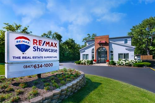 Gallery Image REMAX_Showcase_office_photo_2019_with_flowers.jpg