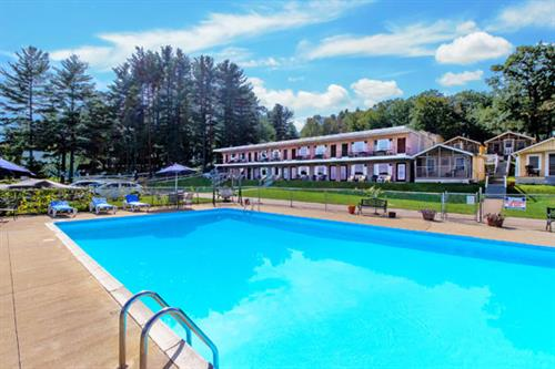 Half Moon Motel & Cottages - the King-size Pool