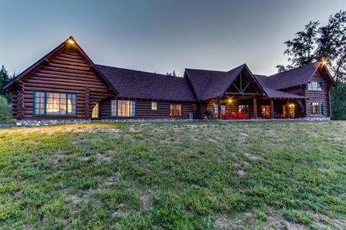 Charming lakefront log cabin with gorgeous lake views!