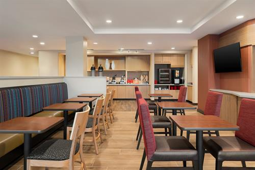 Gallery Image TownePlace_Suites_Dubuque_Downtown_-_Breakfast_Area_-_1359685.jpg