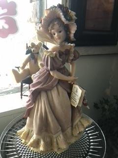 Gallery Image Vintage_porcelaine_girl_figurine.jpeg