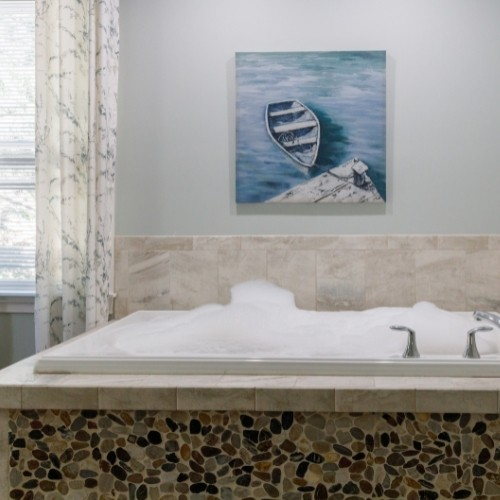 Room with a Jacuzzi Tub in the White Rose