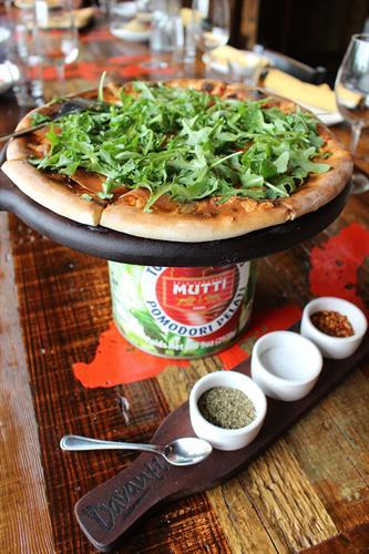 pizza con prosciutto e rucola ...  prosciutto di Parma + fresh  mozzarella + fontina + arugula