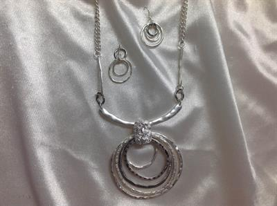 "20"" Matt Slvr Circle O Necklace & Earring Set.  $10.00"