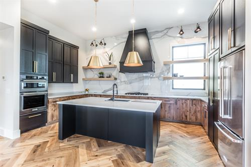 Gallery Image 2020_09_-_George_-_2019_Spec_-_Kitchen_2_-_Perimeter(Knotty_Alder-Slab-.5_DK_Oak_.5_Clear)-Walls_Tall_Cabs_Island_Hood(Birch-Shaker-Caviar).jpg