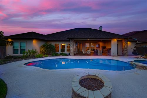 Gallery Image twilight_dans_pool.jpg