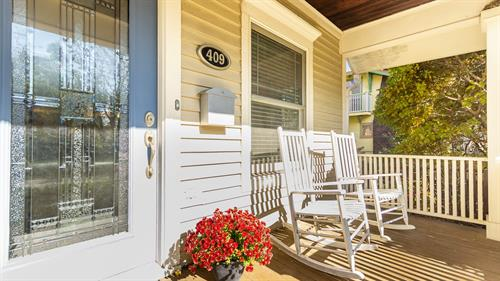 Gallery Image 409_E._Maple_front_porch.jpg