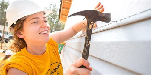 Gallery Image volunteer-hammer-us-collegiatechallenge.jpg