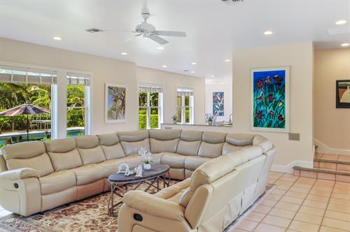 Gallery Image HDR_Living_room_overlook.jpg
