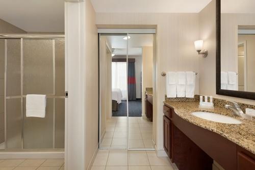 king 1 bed studio suite - bathroom