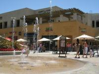Fountain Court: Fountain PLAY is fun for kids (May-Oct)!