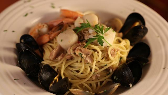 Gallery Image VenetianHotPlate_seafoodpasta_030121-022959.jpg