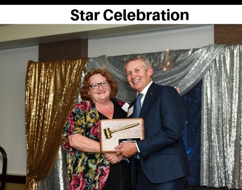 Roger Schleper welcomes Chriss Wohlleber as the 2018/19 Board Chair at Star Celebration