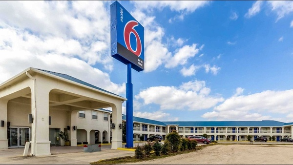 Gallery Image motel6.outside.jpg