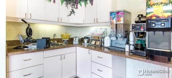 Gallery Image super-8-seguin-breakfast-room.81.jpg