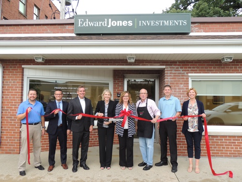 Gallery Image Edward%20Jones%20Julie%20N.%20Ribbon%20Cutting.JPG
