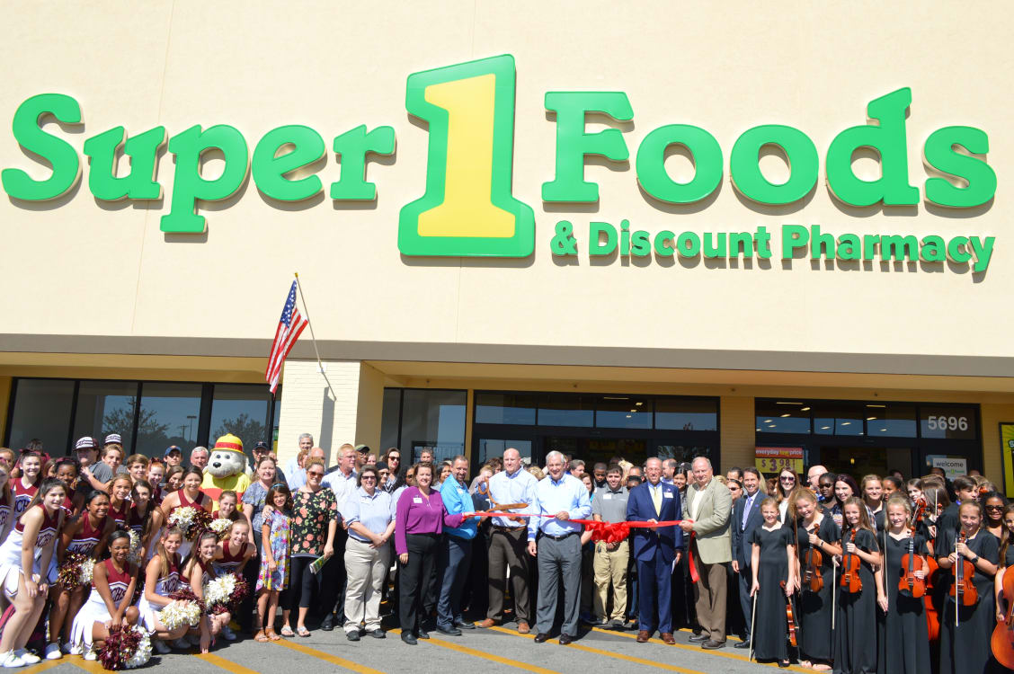 Super-1-Foods-ribbon-cutting---whole-group-w1128.jpg