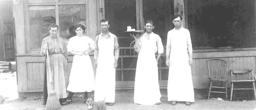 Horse-Shoe-Caf-at-113-N.-Main.-Sapulpa-Oklahoma-in-1907.jpg