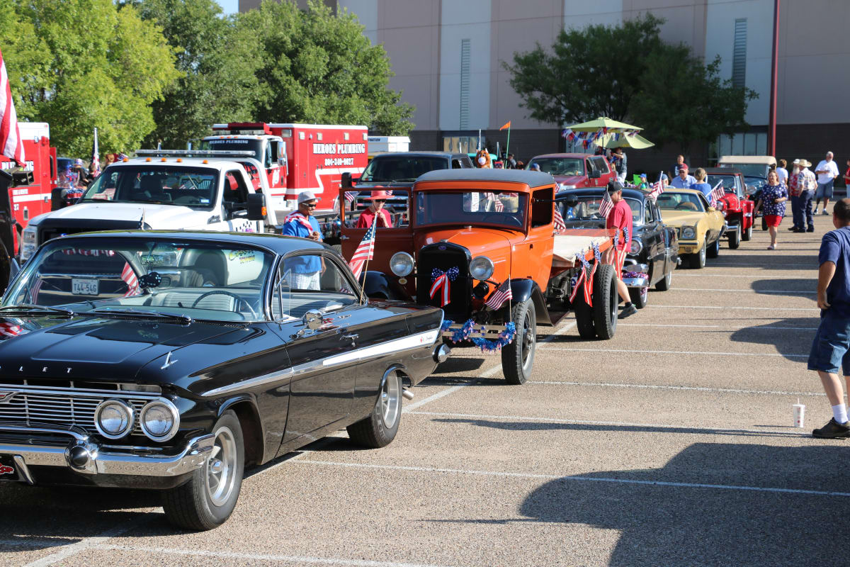 Antique-Cars-Parade-Lineup.JPG-w1200.jpg