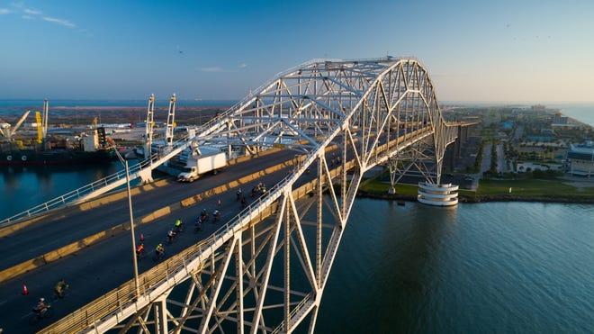Riders-cross-the-Harbor-Bridge.jpg