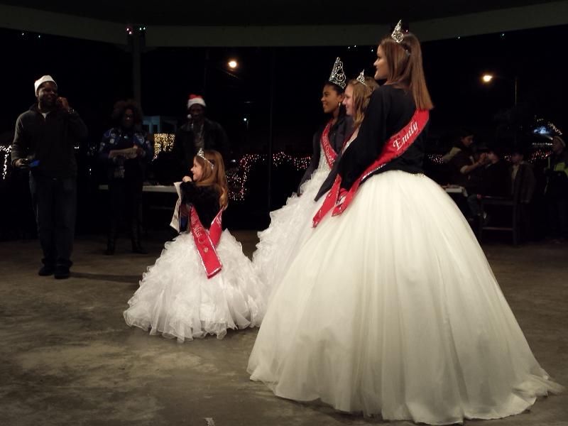 23_queens_present_awards.jpg