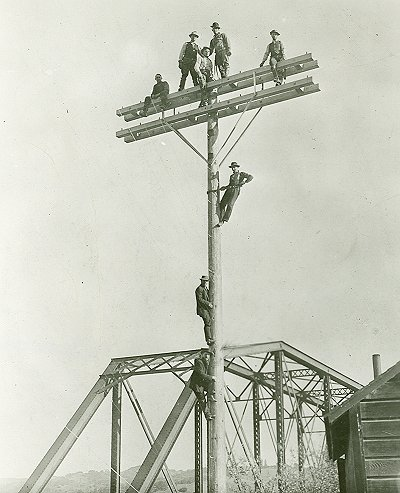 Illinois-Bell-Telephone-Linemen-1910.jpg