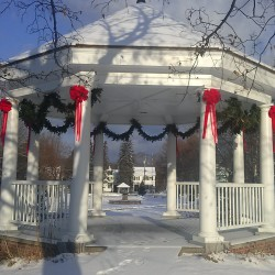 Gazebo-with-Christmas-garland-and-ribbons---Jessie-Perkins-photo-w1296-w250.jpg