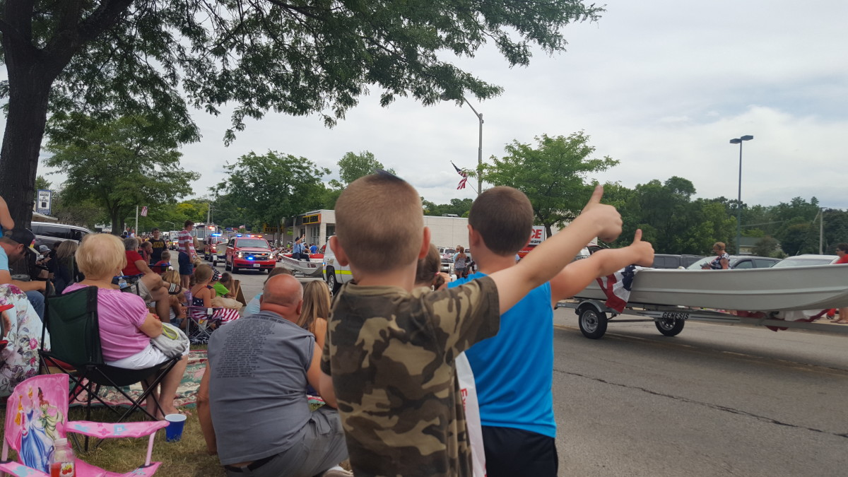 kids_giving_thumbs_up_to_the_parade(1)-w1200.jpg