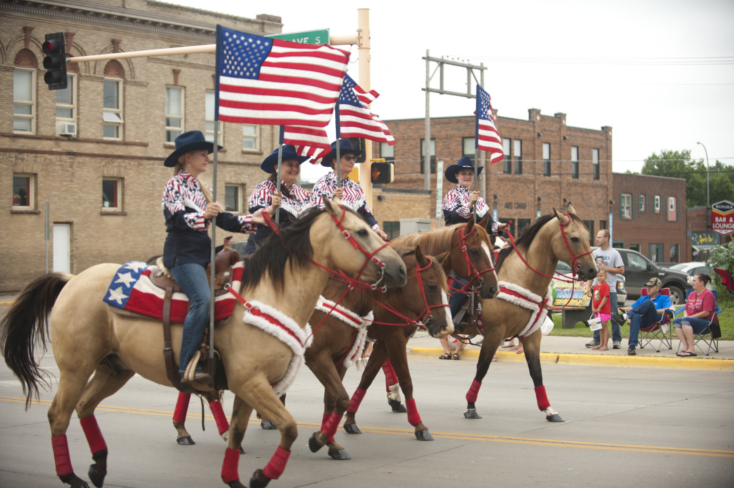 Parade_Horses_and_US_Flags.jpg