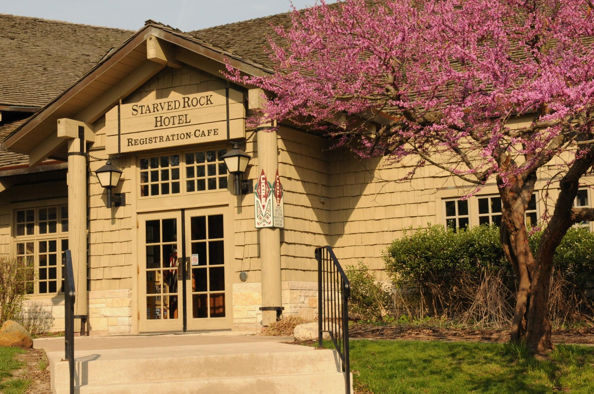 Starved Rock Lodge Entrance